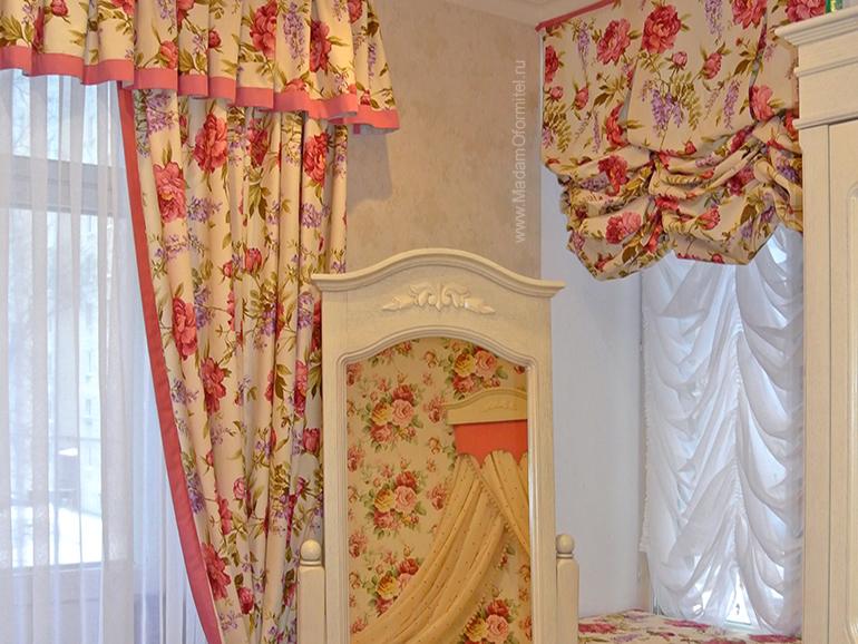 комната маленькой принцессы, английские шторы, французские шторы, помпоны, шторы с цветочным принтом, шторы в цветочек, шторы с кантом, шторы на заказ, пошив штор на заказ спб, шторы от Мадам Оформитель, шторы в стиле прованс