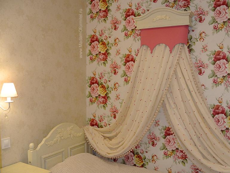 комната маленькой принцессы, помпоны, балдахин в детской, шторы с цветочным принтом, шторы в цветочек, шторы с кантом, шторы на заказ, пошив штор на заказ спб, шторы от Мадам Оформитель, шторы в стиле прованс
